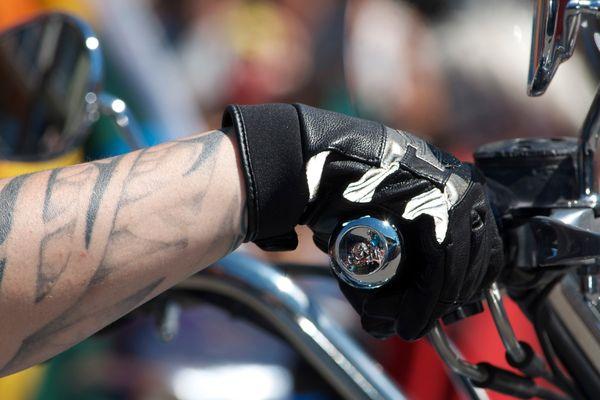 A moto, les gants oui, les manches courtes non !