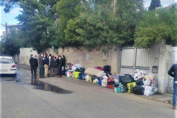 Des familles à la rue ce matin après leur expulsion du squat de la rue du Triolet à Montpellier.