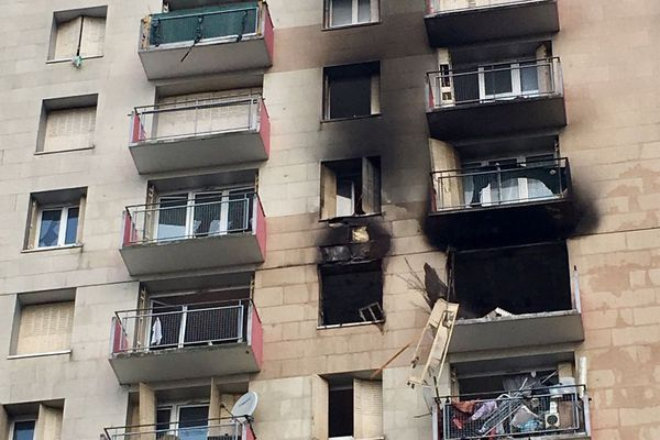 L'explosion a éventré des baies vitrées et un balcon.