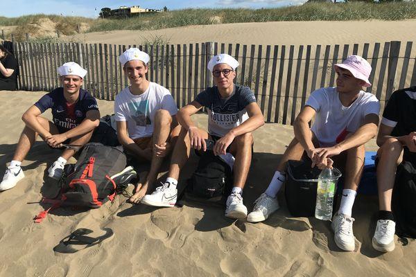 Justin, Thibaud, Erwann et Simon, 1ère année BTS Hôtellerie Restauration, en tenue de plage adaptée.
