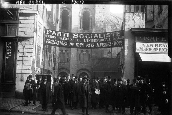 Les congressistes socialistes devant la salle du manège rue Nationale (Tours), lieu de débats pendant le Congrès de Tours.