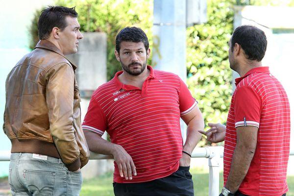 L'équipe du BO à l'entraînement avec les entraîneurs David Darricarrère et Benoît August . Ici avec le président Nicolas Brusque Stade Aguilera en septembre 2015).