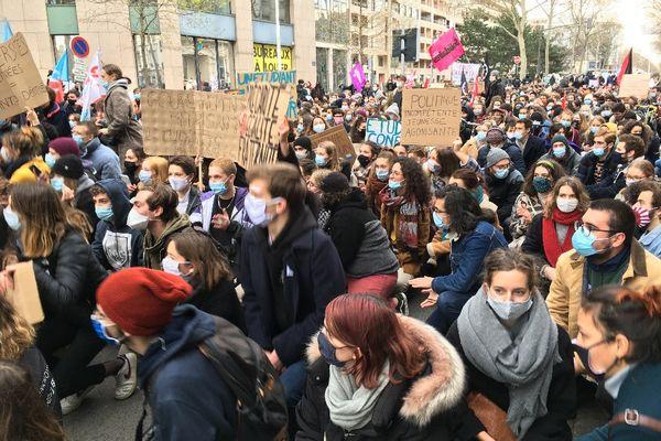 """Les étudiants manifestent à Lyon ce jeudi 21 janvier 2021 : ils ne veulent plus être """"les oubliés"""" de la crise Covid..."""