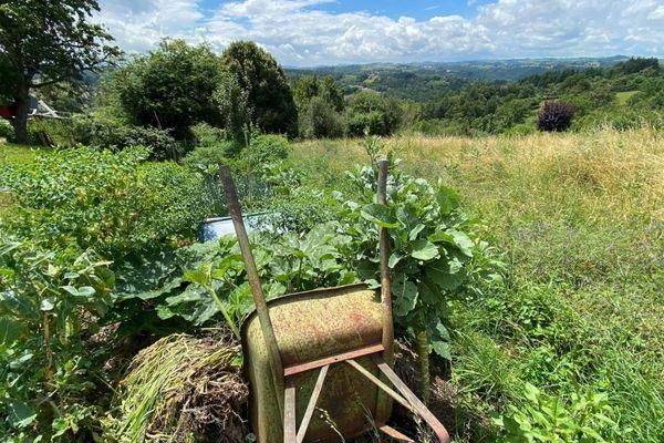 Claudy a plaisir à entretenir son jardin.