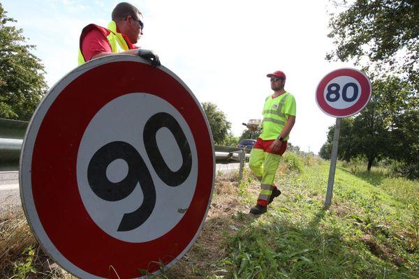 Changement d'un panneau de limitation de vitesse dans le Haut-Rhin en 2018.