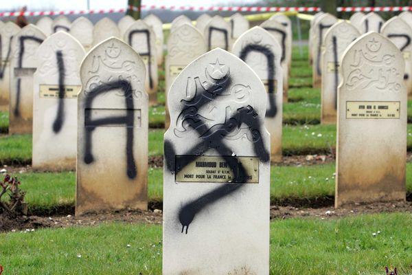 148 tombes de soldats de la Première Guerre Mondiale avaient été profanées.
