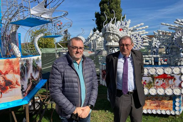 Patrice Gausserand, coproducteur du Festival des Lanternes, et Joseph Carles, maire de Blagnac, devant une structure en porcelaine