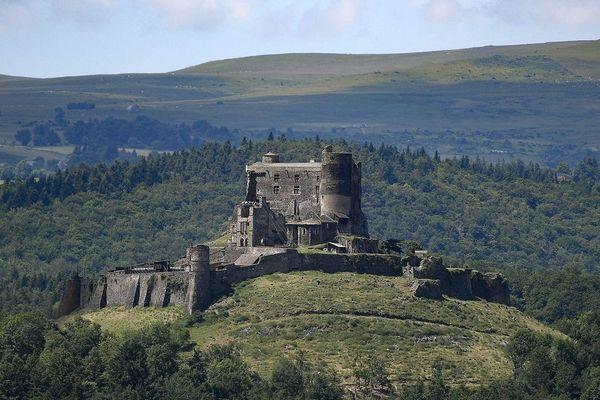 En Auvergne, de nombreux châteaux sont à découvrir et parmi eux, le château de Murol (Puy-de-Dôme).