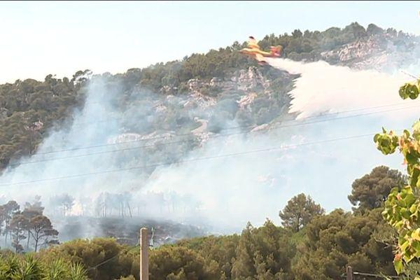 Le feu s'est déclaré sur les hauteurs de Toulon, mais ne menace pas d'habitations.