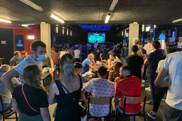 A Lyon, ils attendent le coup d'envoi de cette demi-finale de la Ligue des Champions entre l'OL et le Bayern Munich devant un écran installé dans un bar de la capitale des Gaules.