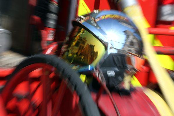 En milieu de journée, les pompiers de Roanne sont toujours sur place pour éviter un nouveau départ de feu