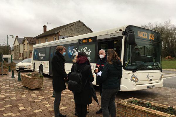 Petits bavardages devant le Vacci'bus, après les dernières vaccinations à Aubérive.