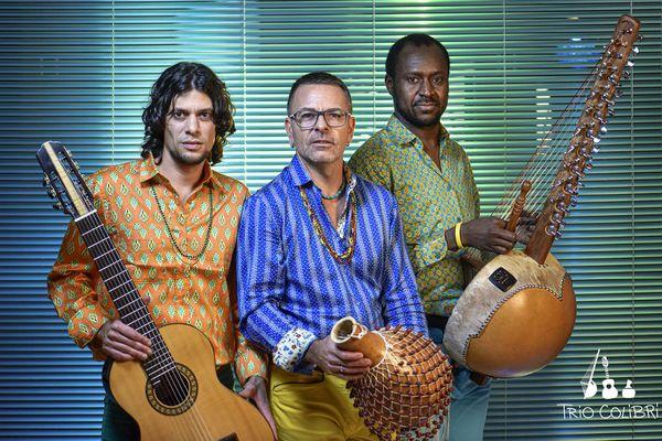 Entre l'Afrique de l'Ouest et le Brésil, le Trio Colibri invite le public à un voyage musical unique.