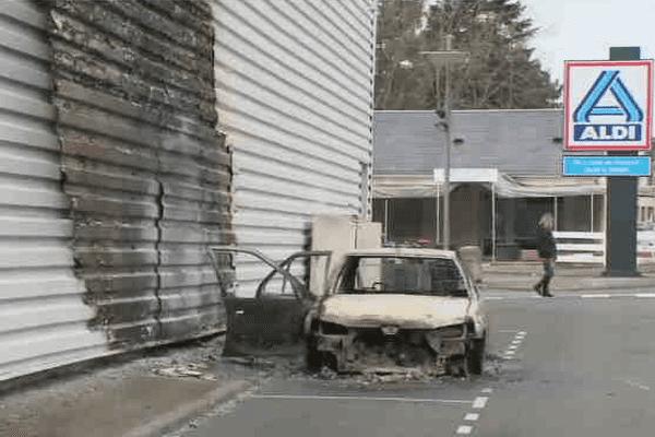 Un véhicule garé contre ce supermarché a été incendié dans la nuit du 16 au 17 mars, à Blois. Le feu ne s'est pas propagé.