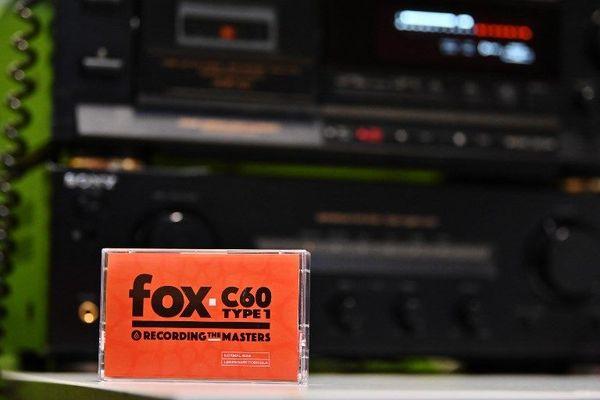 Noir et orange, look vintage...La cassette audio Mulann est vendu 3 euros 49 l'unité.