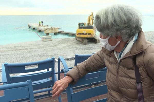 """Une habituée regarde les travaux de démolition du """"ponton du Lido"""" à Nice, le 4 novembre 2020"""