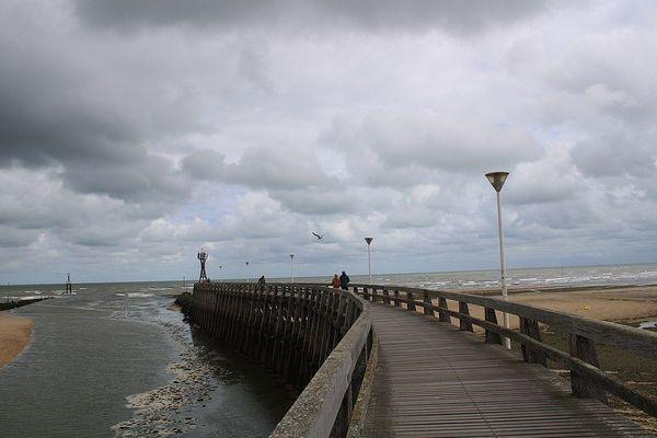 Dans le Calvados, à Courseulles sur la Côte de Nacre, le ciel restera nuageux et porteur de petites pluies tout au long de ce samedi.