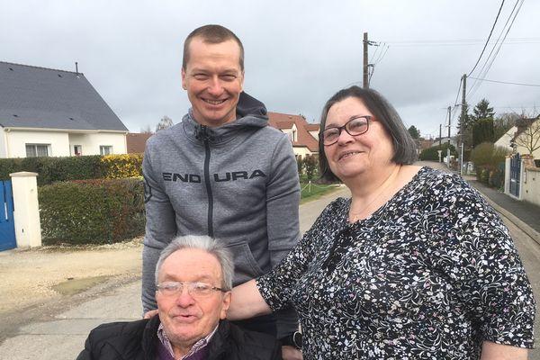"""Ludovic Chorgnon avec Marie-Christine Jacques, présidente des """"Coccinelles"""" et Bernard Jacques, malade de la neurofibromatose"""