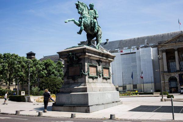 La statue équestre de Napoléon 1er avant son départ en restauration