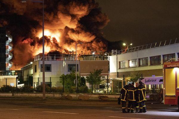 Quand il arrive sur les lieux, quelques pompiers sont déjà sur place. De nombreux autres vont arriver pour lutter contre cet incendie qui ravage l'usine Lubrizol, classée SEVESO.