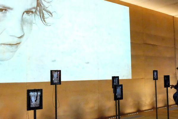Salle pédagogique avec bornes interactives dans le Mémorial de Rivesaltes