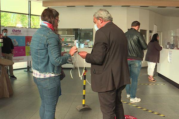23 avril 2020 - Distribution d'un masque aux personnes qui n'en portent pas et qui veulent entrer dans le hall d'accueil du centre Becquerel de Rouen, centre régional de lutte contre le cancer.
