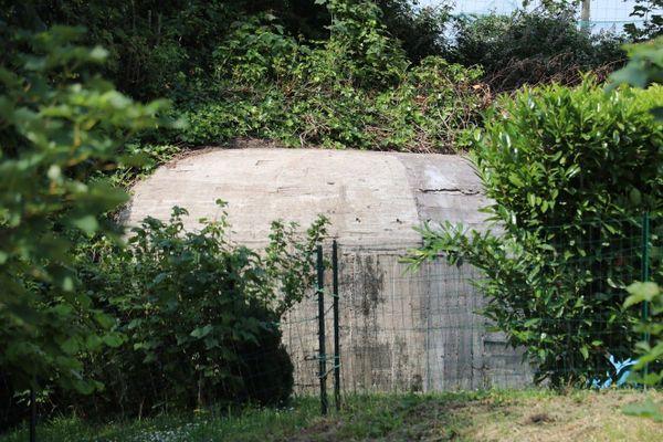 """Ce blockhaus, situé derrière l'actuelle école de musique, faisait partie du """"lazaret"""" de Guînes sous l'occupation allemande. Il servait d'abri anti-aérien et du matériel médical y avait été installé."""