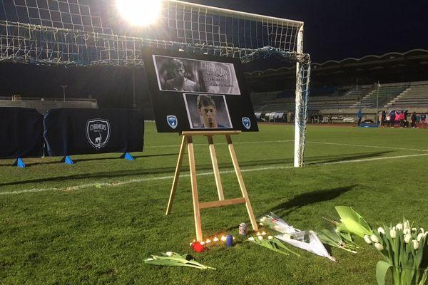 Des fleurs devant les buts de Niort pour rendre hommage à Emiliano Sala.