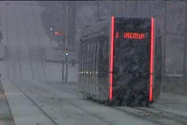 Le tramway circulait ce matin à Tours malgré la neige.