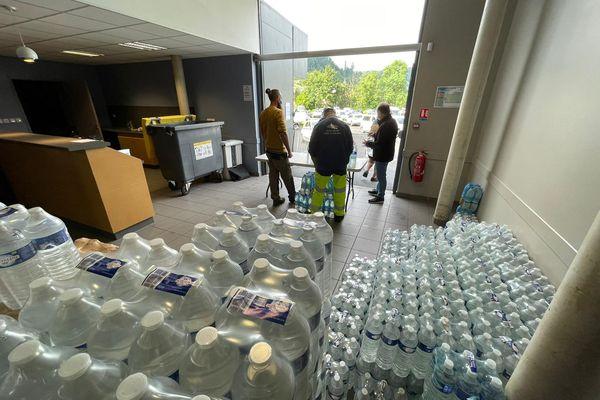 Saint-Geniez-d'Olt-et-d'Aubrac (Aveyron) - Des bouteilles d'eau sont distribuées par la municipalité à l'espace culturel, avenue d'Espalion. 15 juillet 2021.