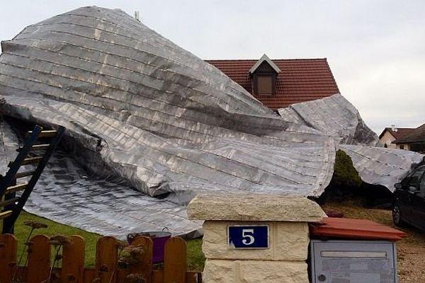 Une partie de la toiture du collège de Sennecey-le-Grand, en Saône-et-Loire, s'est littéralement envolée et a atterri sur une maison