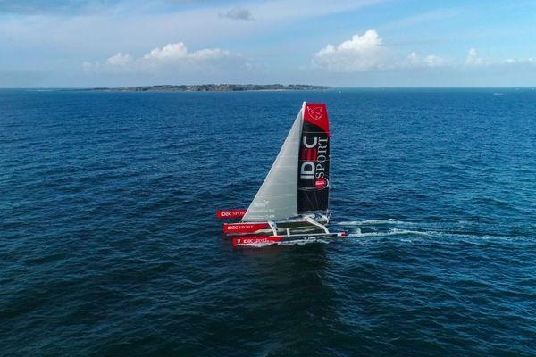 Le maxi-trimaran Idec Sport de Francis Joyon au large de Port Louis dans le Morbihan au départ de la Mauricienne ce 19/10/2019
