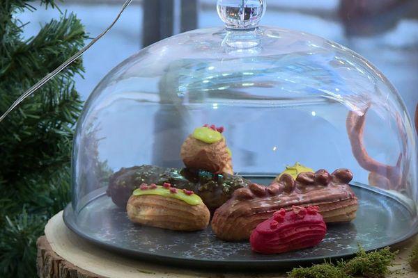 L'éclair est l'un des gâteaux préférés des français. Il est visité et revisité à toutes les sauces dans la boutique des frères Luyat, récemment ouverte place des Terreaux à Lyon (Rhône).