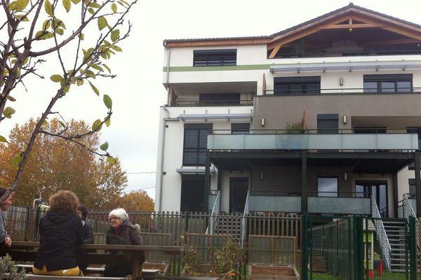 Dans ce premier immeuble toulousain certifié maison passive dans le Sud-Ouest, entre 60 à 80 euros de chauffage, par an pour les sept foyers qui y vivent.