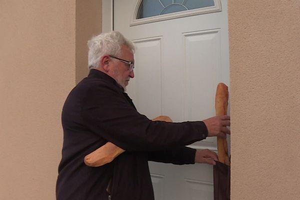 Le maire de cette commune de l'Aisne, Pierre Bandry, livre entre 25 et 30 baguettes tous les jours à ses administrés.