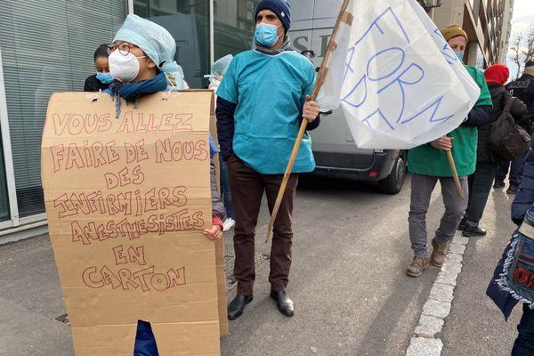 Ils sont une cinquantaine d'étudiants, sortis rapidement des hôpitaux pendant que les autres travaillent