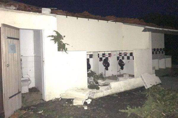 Le toit du bloc sanitaire du camping de la Garenne (Port-des-Barques) s'est envolé sous l'effet des vents.