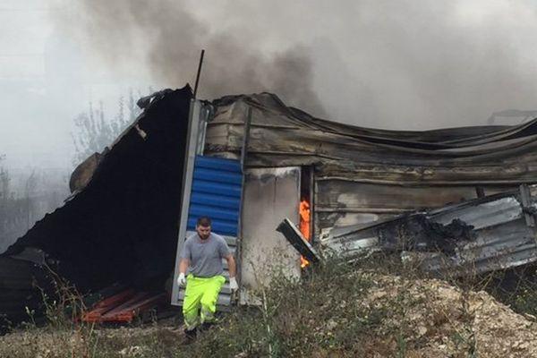 Une partie de l'entrepôt TRB-Texier touché par un incendie samedi 17 septembre, le feu n'a pas encore circonscrit dimanche matin. Beaugency, le 18 septembre 2016.