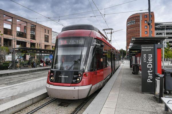 Rhônexpress, la liaison rail entre Lyon et l'aéroport Saint-Exupéry, va officiellement être gérée par le Sytral, le Syndicat des transports en commun lyonnais, à compter du 6 novembre 2020.
