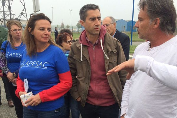 François Ruffin devant Sanofi à Mourenx avec Marine Martin, fondatrice de l'Apesac (association d'aide aux parents d'enfants souffrant du syndrome de l'abri-convulsant), lié à la prise de Depakine pendant la grossesse.