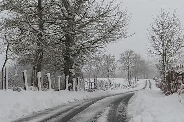 La neige s'accumule également dans l'Aveyron.