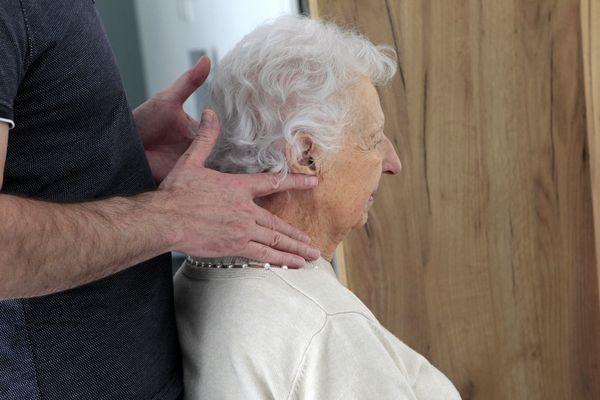 Une personne âgée qui vit dans une résidence senior participe à une séance de kinésithérapie. (Illustration)