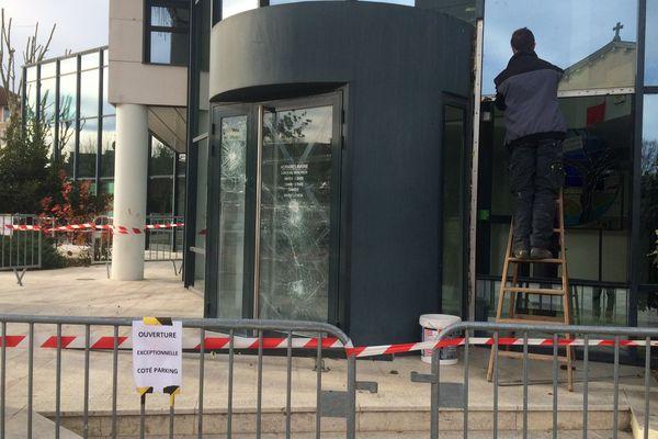 L'entrée de la mairie de Pont-Eveque en cours de sécurisation ce vendredi matin.