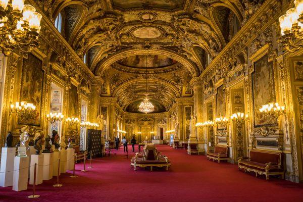 Dimanche 27 septembre, la moitié du Sénat sera renouvelée. Il est l'une des deux chambres du parlement français et détient le pouvoir législatif avec l'assemblée nationale.