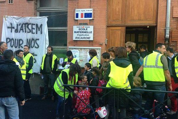 Les parents d'élèves ont mené leur action devant l'école Ricardie, de Toulouse.