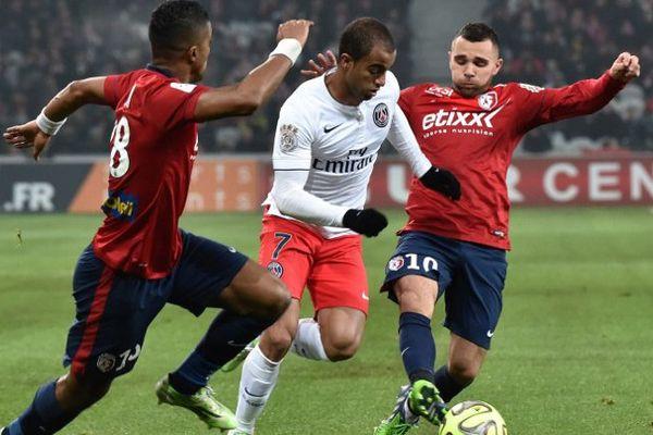 Le Parisien Lucas Moura à la lutte avec les Lillois Salomon Kalou (de dos) et Marvin Martin.