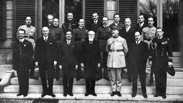 Photo datée de 1931 de Paul Doumer (1er rang, C) posant avec les membres civils et militaires de son cabinet à Paris. Paul Doumer, élu Président de la République en 1931 fut assassiné en 1932 par le Russe Gorgulov.