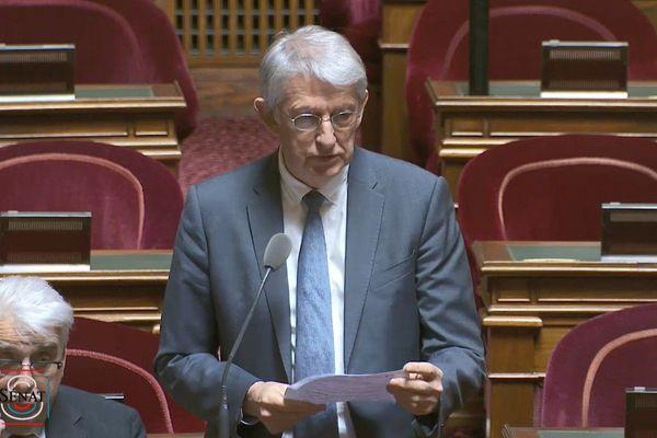 Yannick Vaugrenard, sénateur de Loire-Atlantique posant une question au Ministre de la Santé concernant les suites des recherches sur les cancers pédiatriques à Sainte-Pazanne.
