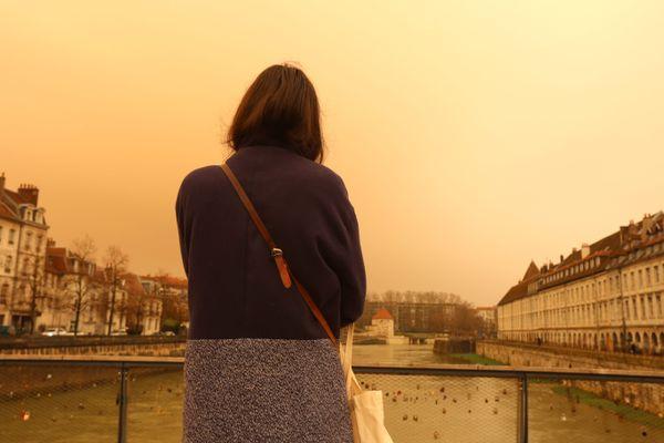 Le nuage de sable venu du Sahara a changé la lumière du ciel, 6 février 2021, Besançon (Doubs).