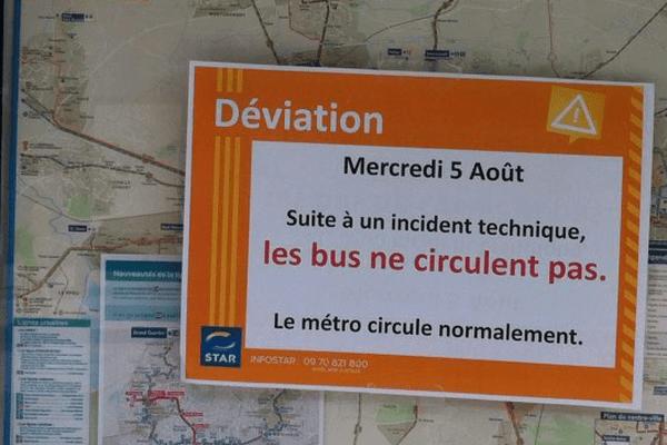 Affichette d'information à un arrêt de bus